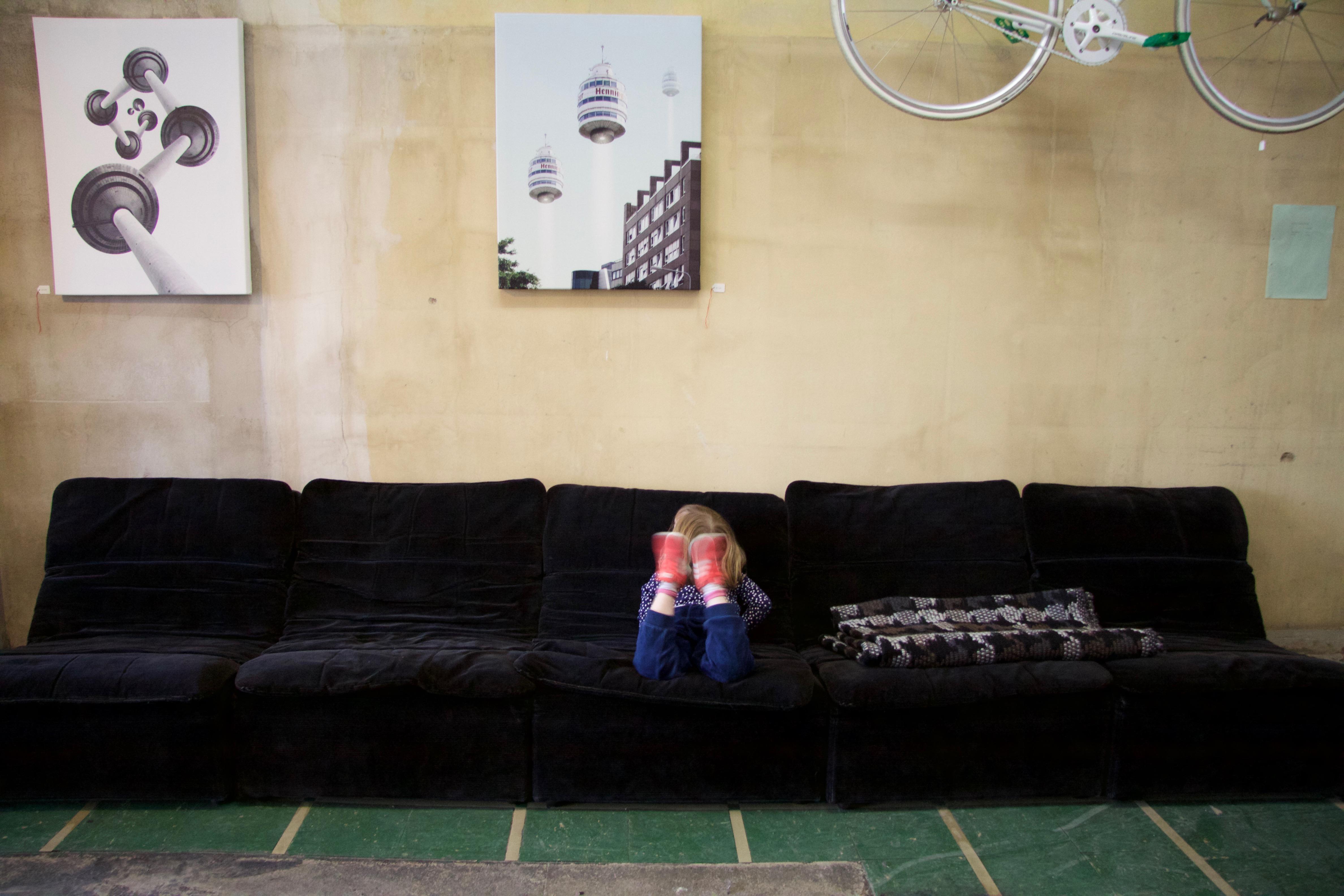 schwarzes COR Sofa mit Fahrrad und Bildern Georg Emrich Diverses